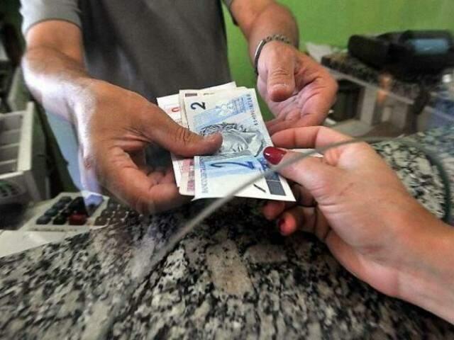 Quem esteve empregado o ano todo recebe o valor cheio, que equivale a um salário mínimo (R$ 954)(Foto: Arquivo/Marcello Casal Jr./Agência Brasil)