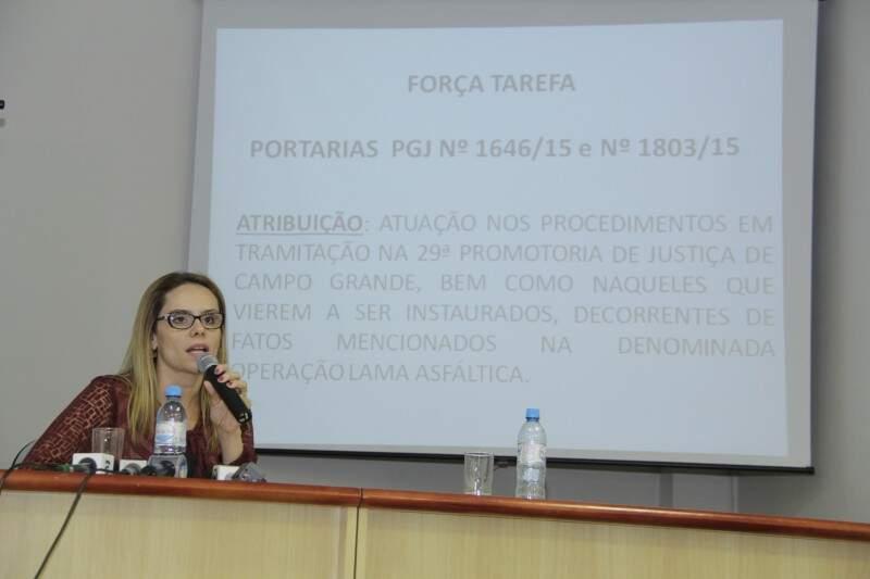 No dia 18 de fevereiro, promotora  Cristiane Mourão participa de balanço da força-tarefa. (Foto: Alan Nantes)