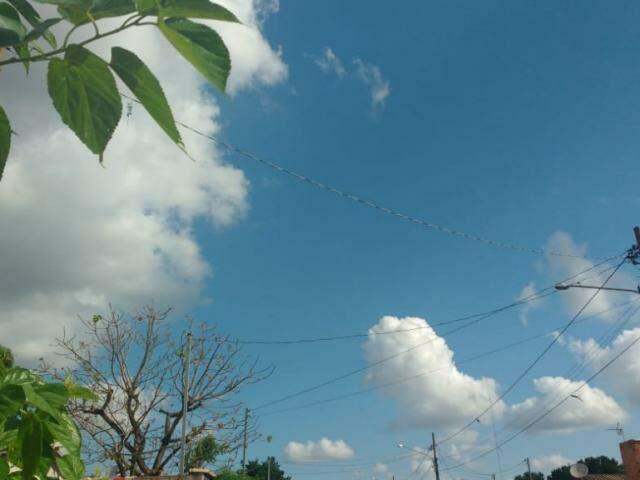 Céu sobre a Capital apresenta algumas nuvens nesta sexta-feira; expectativa é de calor e chuva no fim de semana. (Foto: Kísie Ainoã)