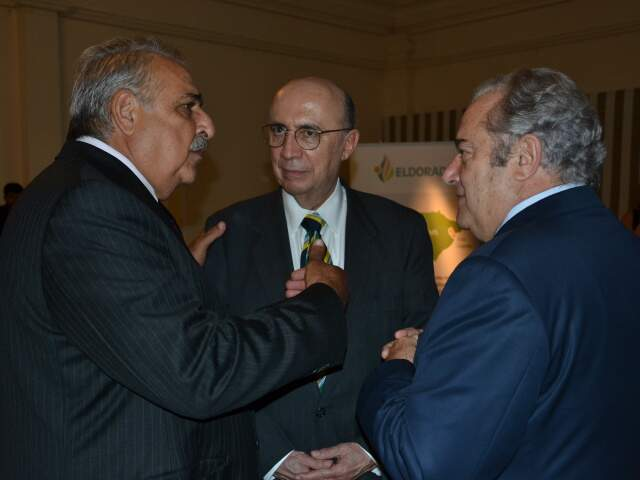 O ex-presidente do Banco Central conversa com o senador Antonio Russo e o presidente da Assembleia, Jerson Domingos, durante evento nesta quinta-feira. (Foto: Minamar Junior)