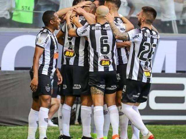 Jogadores durante comemoração na partida deste domingo entre Atlético-MG e Santos (Foto: Bruno Cantini/Globo Esporte.com)