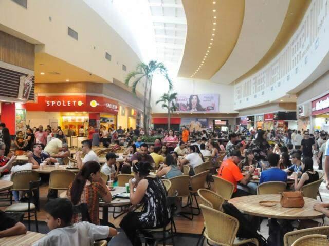 Praça de alimentação do Shopping Norte Sul Plaza lotada (Foto: Paulo Francis/ Arquivo)