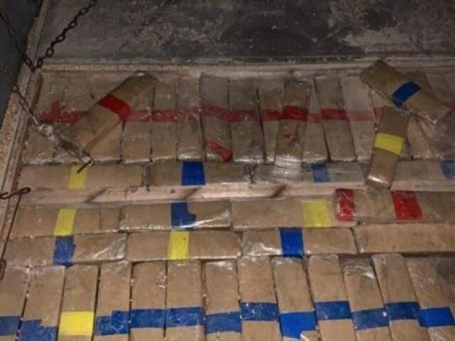 Droga foi encontrada em fundo falso da carreta (Foto/Divulgação: PF)