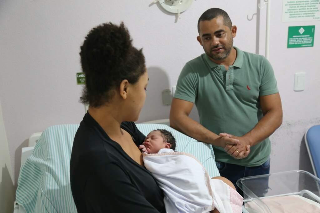 O pai, Márcio, olha a filha tão esperada (Foto: Paulo Francis)