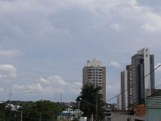 Céu parcialmente nublado de Campo Grande nesta tarde (Foto: Kísie Ainoã)