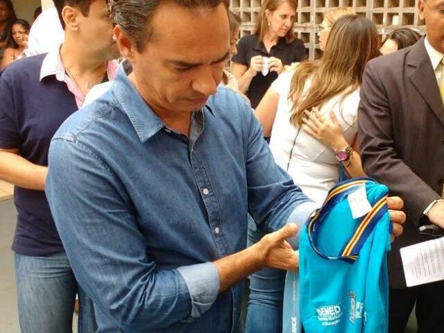 Prefeito de Campo Grande, Marquinhos Trad, segurando uniforme comprado por Alcides Bernal. (Foto: Yarima Mecchi)