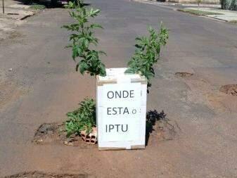 Placa sinalizando buraco na Av Aeroporto, Bairro Santo Amaro (Foto: Direto das ruas)