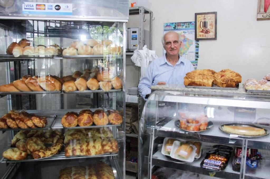 Salomão é, na verdade, Sleiman Khalil Salame, que veio do Líbano durante a guerra para o Brasil e aqui toca padaria desde 1976. (Foto: Kisie Ainoã)