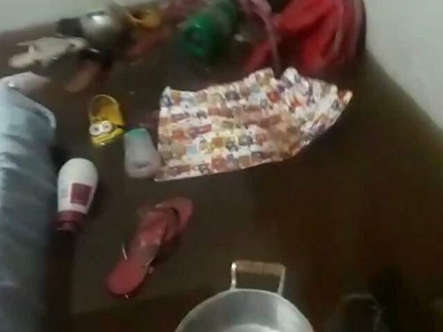 Roupas, panela e diversos pertences de família que boiaram no alamento (Foto: Reprodução)