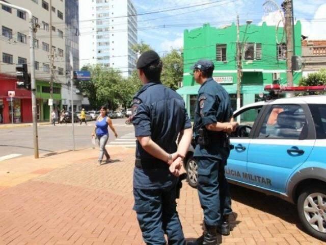 Policiais vigiam entorno da Praça Ary Coelho em Campo Grande (Foto: Marcos Ermínio/arquivo)