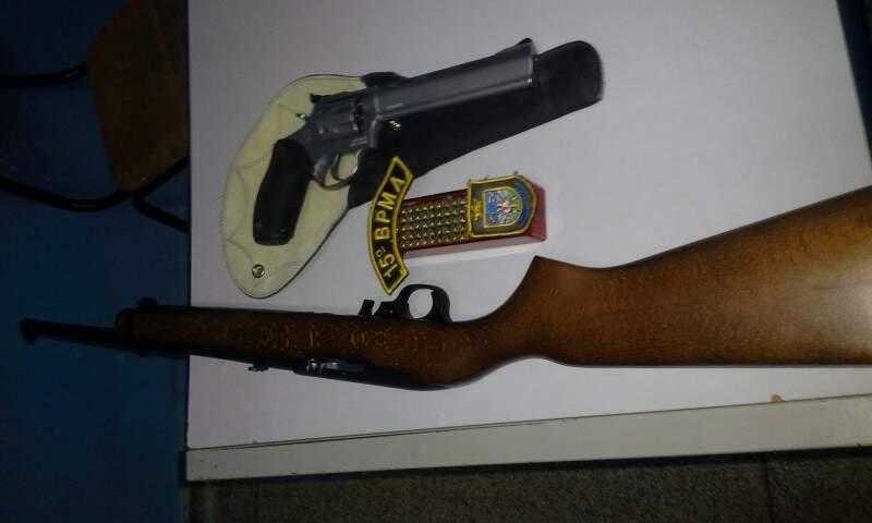 Armas foram apreendidas durante bloqueio da PMA, dupla foi levada para Delegacia da Polícia Civil (Foto: Divulgação/PMA)