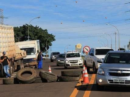 Na BR-262, bloqueio restringe tráfego de veículos nos dois sentidos