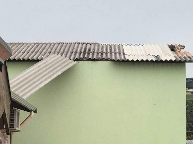 Na Rua Ibirapuera, no Jardim São Lourenço, a rajada de vento derrubou parte do telhado da Loja Maçônica (Foto: Direto das Ruas)