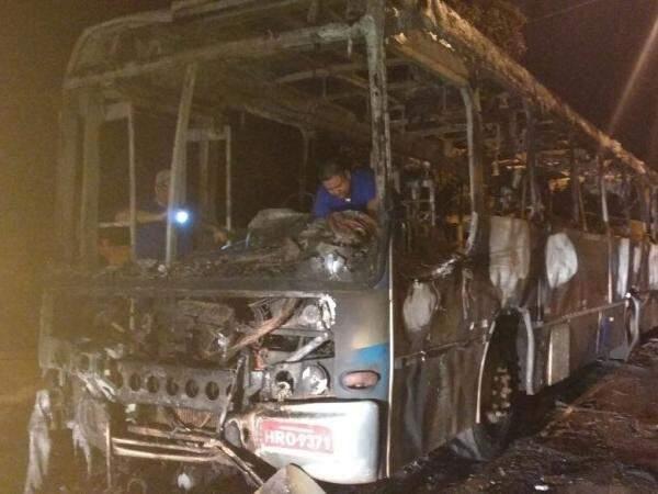 Ônibus do transporte coletivo incendiado na madrugada desta quinta-feira (14). (Foto: Direto das Ruas)