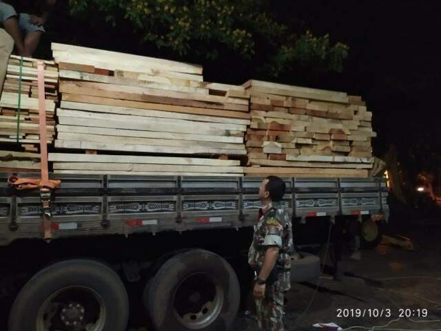 Empresa é multada em R$ 6,9 mil e perde caminhão por