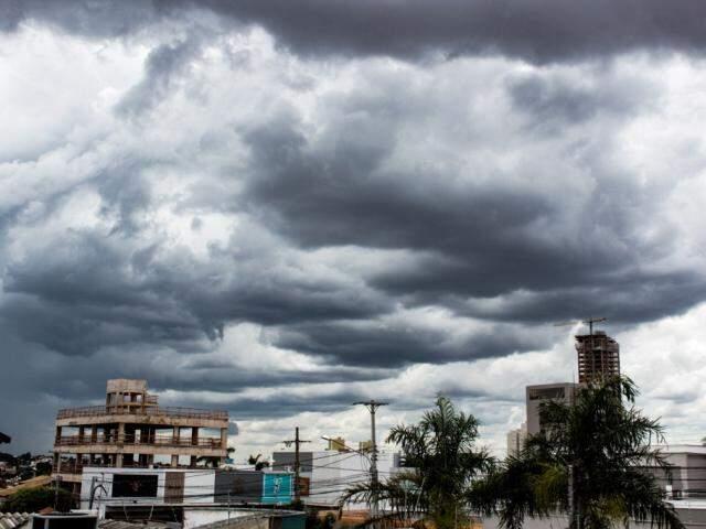 No Jardim dos Estados, nuvens carregadas anunciam chuva para a tarde desta segunda-feira (Foto: Kísie Ainoã)