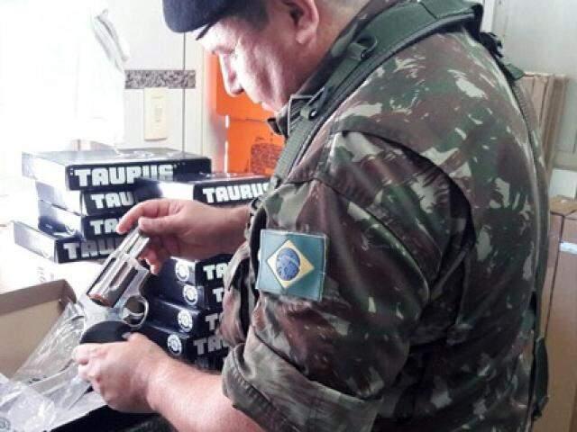 Fiscalizações resultaram na apreensão de 690 munições de diversos calibres, 100g de pólvora branca, estojos de munição. (Foto: Divulgação)