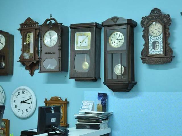 Os ponteiros parados ou em movimento guardam muita história, assim como a a relojoaria Silva. (Foto: Alcides Neto)