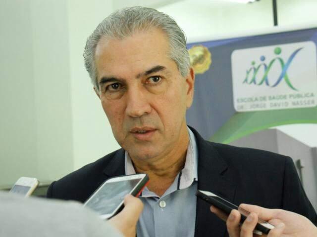 Governador Reinaldo Azambuja (PSDB), durante entrevista, em agenda pública (Foto: Chico Ribeiro/ALMS)