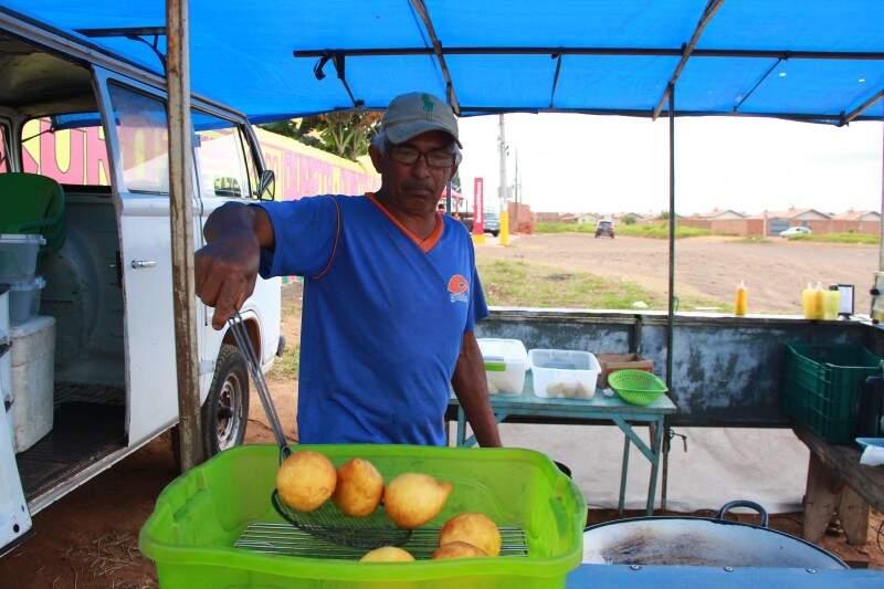 Por dia de feira são mais de 300 coxinhas vendidas. (foto: Fernando Antunes)