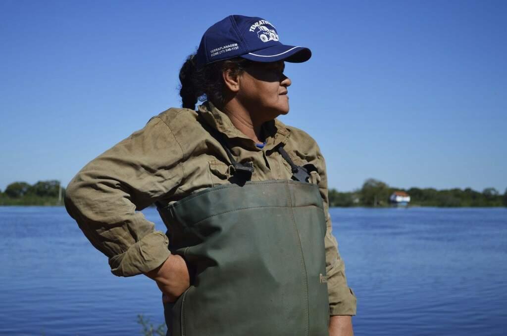Mulheres que seguem o horizonte azul em busca de melhores condições de vida. (Foto: Iasmim Amiden)