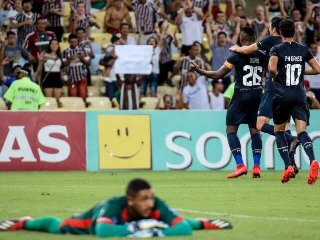 Goleiro ao chão, frustrado por não ter impedido o lance. (Foto: Fluminense/FC)