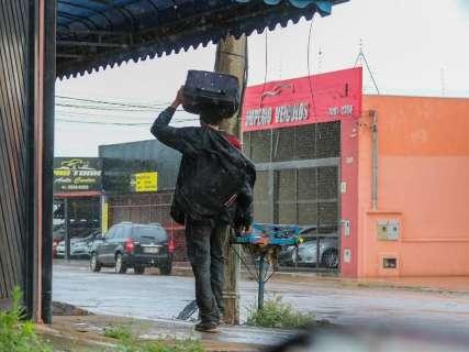 Manhã é de chuva mansa, mas Inmet mantém alerta de tempestade em 57 cidades