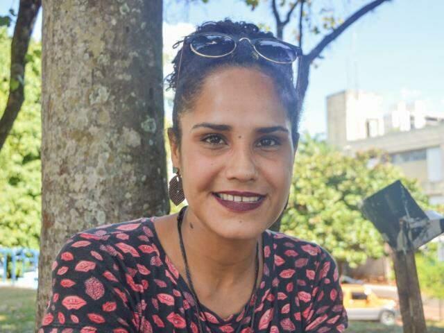 Débora conta que conheceu o artesão após ser assaltada (Foto: Alana Portela)