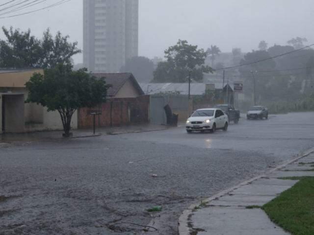 Chuva forte em rua da Capital, nesta quinta-feira (05). (Foto: Kisie Ainoã)