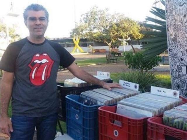 Marcos de Oliveira, da loja Tráfego Vinílico, com caixas cheias de discos (Foto: Arquivo pessoal)