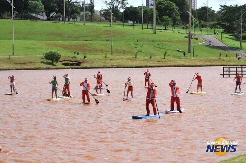 Competição de stand up paddle entre papais noéis na lagoa do Parque das Nações Indígenas no Natal de 2014 (Foto: Alcides Neto/Arquivo)