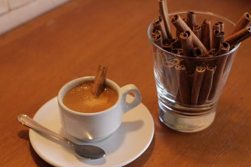 Café adoçado com canela. (Foto: André Bittar)