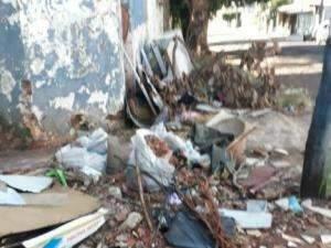 Esquina da Rua dos Barbosas vira lixão a céu aberto, denuncia morador