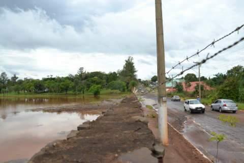 Erosão em frente ao lago do Rádio Clube Campo assusta moradores