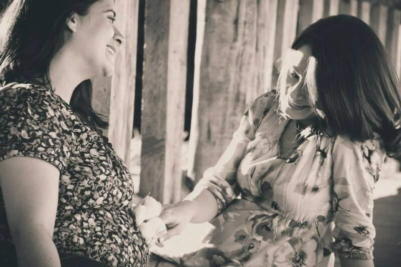 Renata e Gabriela, irmãs separadas por 10 meses, compartilharam até as gestações. (Foto: Danielle Rossi)