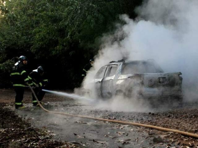 Após o crime, picape Fiat Toro foi incendiada pelos suspeitos do crime (Foto: Saul Schramm)