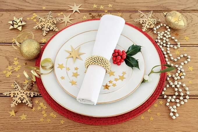 Os pequenos enfeites de Natal podem ser espalhados na mesa para inspirar os convidados