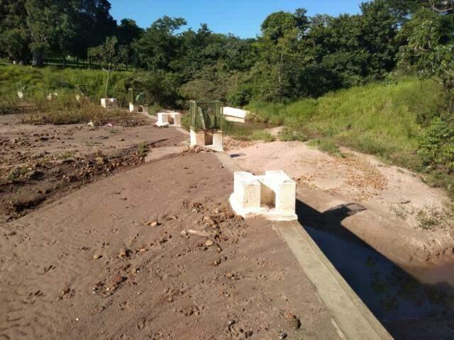 Barragem feita no Parque das Nações Indígenas já está quase toda seca por conta da quantidade de areia retida (Foto: Mirian Machado)
