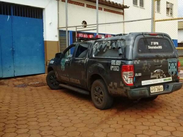 Força Tática da Polícia Militar no presídio de Dourados, hoje de manhã (Foto: Osvaldo Duarte)