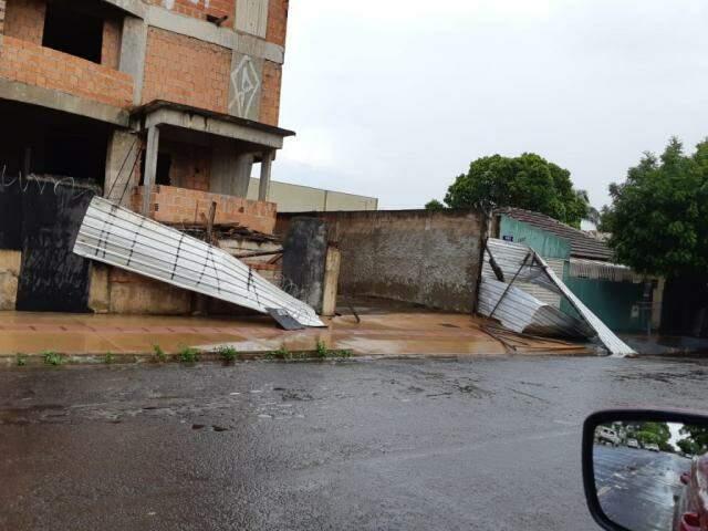 Tapumes foram levados pelo vento no Bairro São Francisco (Foto: Direto das Ruas)