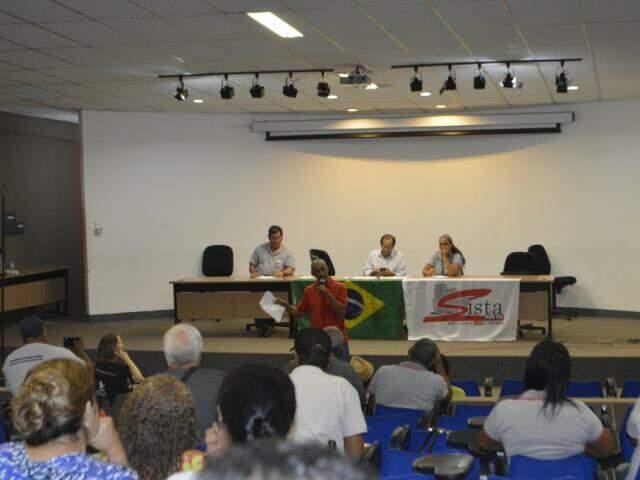 Assembleia geral dos servidores na sexta-feira (Foto: Divulgação)