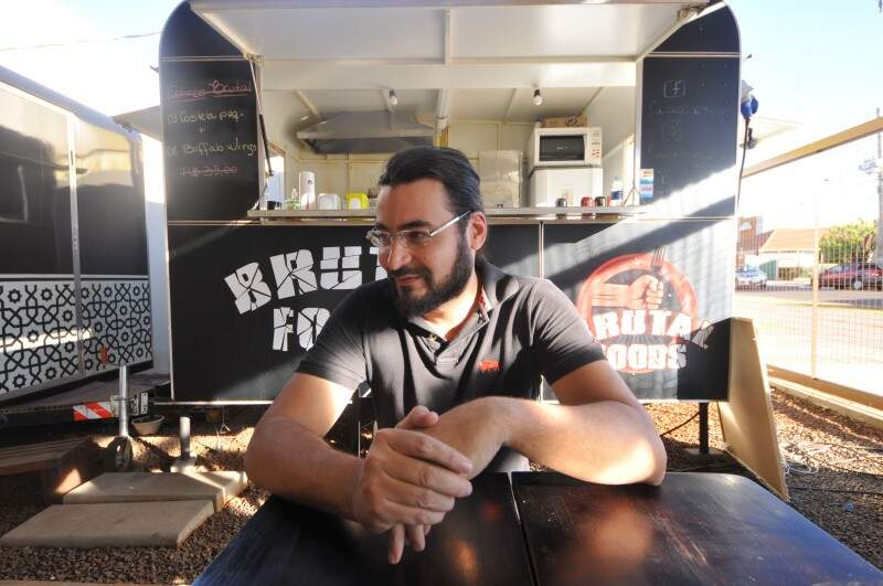 Bruno é cozinheiro há quatro anos e esse é o primeiro food truck da família (Foto: Alcides Neto)
