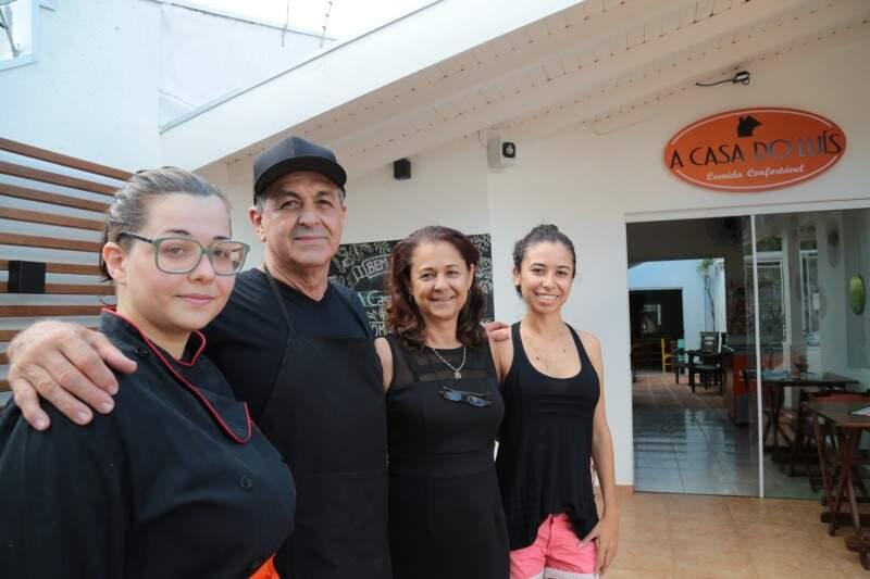 Seu Luis e a família administram o endereço que antes era só um imóvel residencial. (Foto: Marcos Ermínio)