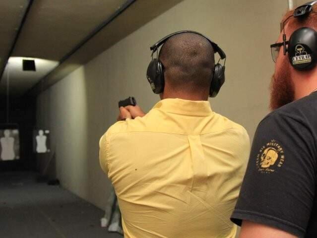 Aluno faz aula de em stand de tiro (Foto: Marina Pacheco/Arquivo)