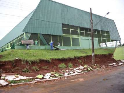 Chuva derruba parte de muro de escola estadual nas Moreninhas