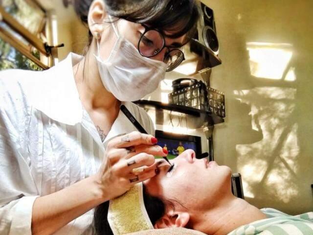 Daienny Lima fazendo extensão de cílios de uma cliente (Foto: Arquivo pessoal)