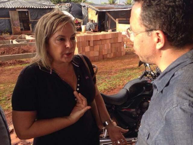 Maria do Amparo nesta sexta-feira (25), visitando as famílias transferidas para o bairro Vespasiano Martins. (Foto: Alberto Dias)