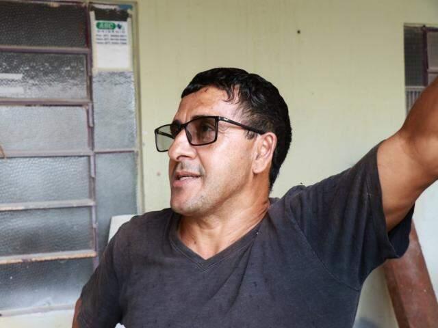 O tapeceiro Ismael diz que a funilaria onde trabalha já contratou trator para retirar veículo de cliente (Foto: Henrique Kawaminami)