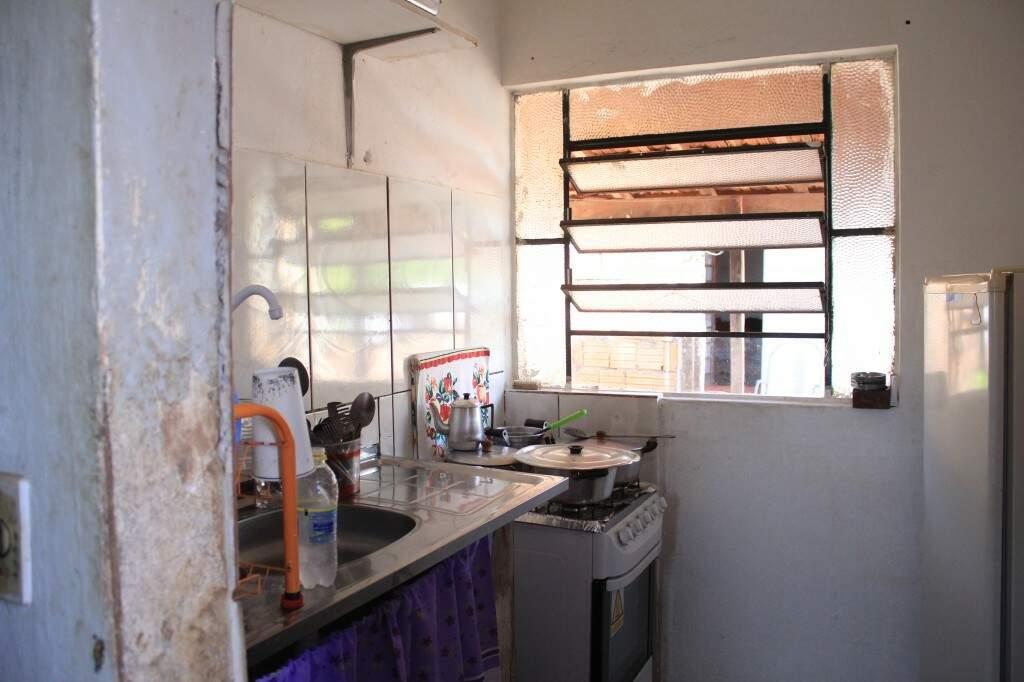 À frente do quarto e sala está a cozinha, que até hoje alimenta a molecada. (Foto: Marina Pacheco)