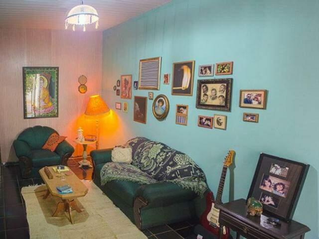Os móveis ainda são os da avó, a decoração que deu uma repaginada, dando continuidade à história delas. (Foto: Fernando Antunes)